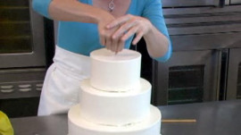 How to Assemble a Wedding Cake