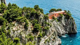 9 Jaw-Dropping Buildings Set in Cliffs