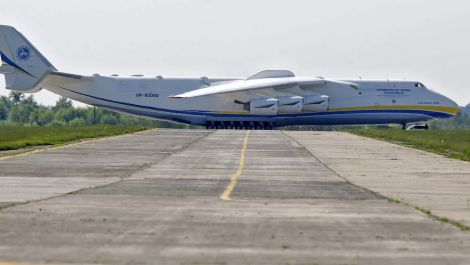 The Largest Plane in the World Stops Traffic in Australia