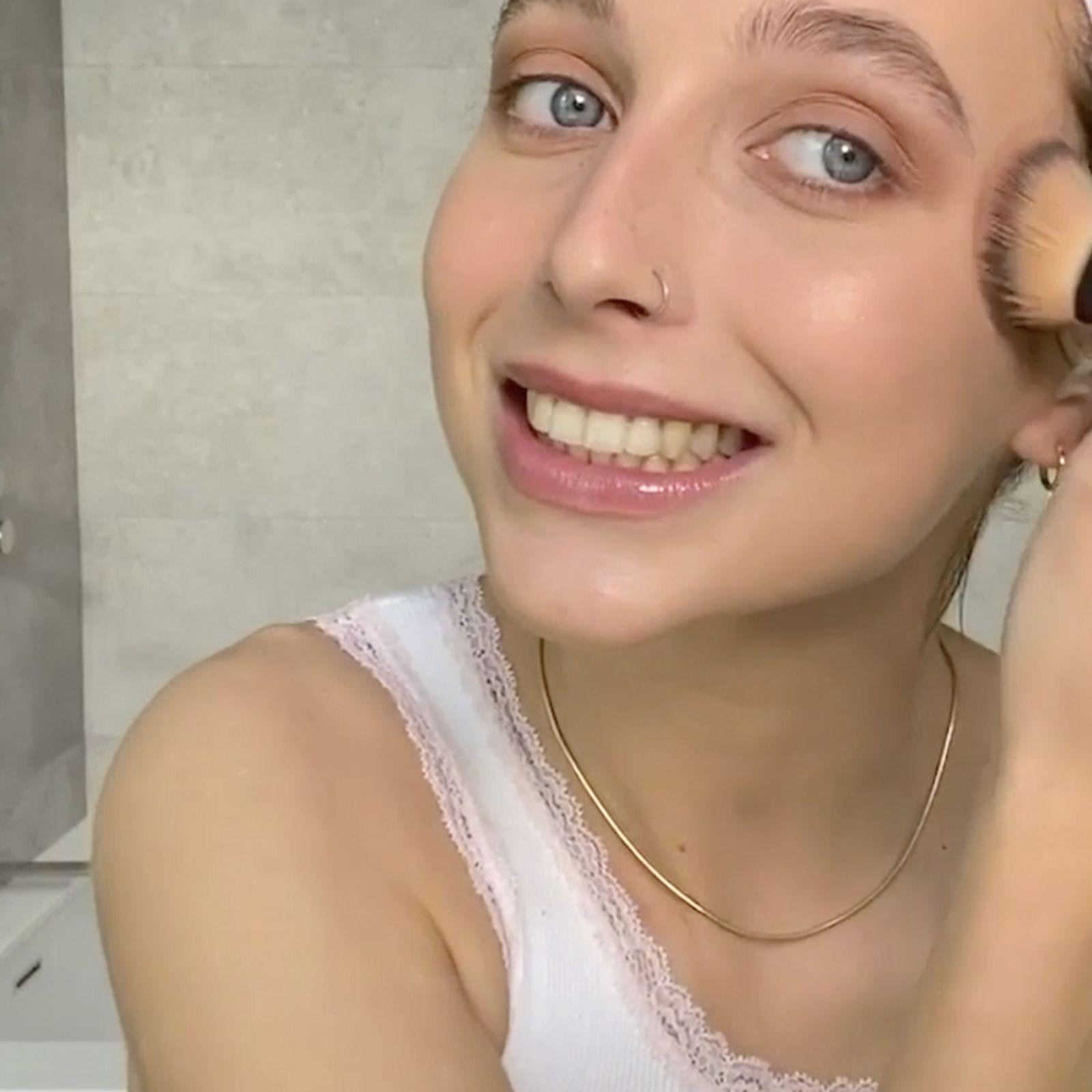Un maquillaje a prueba de acné por Emma Chamberlain