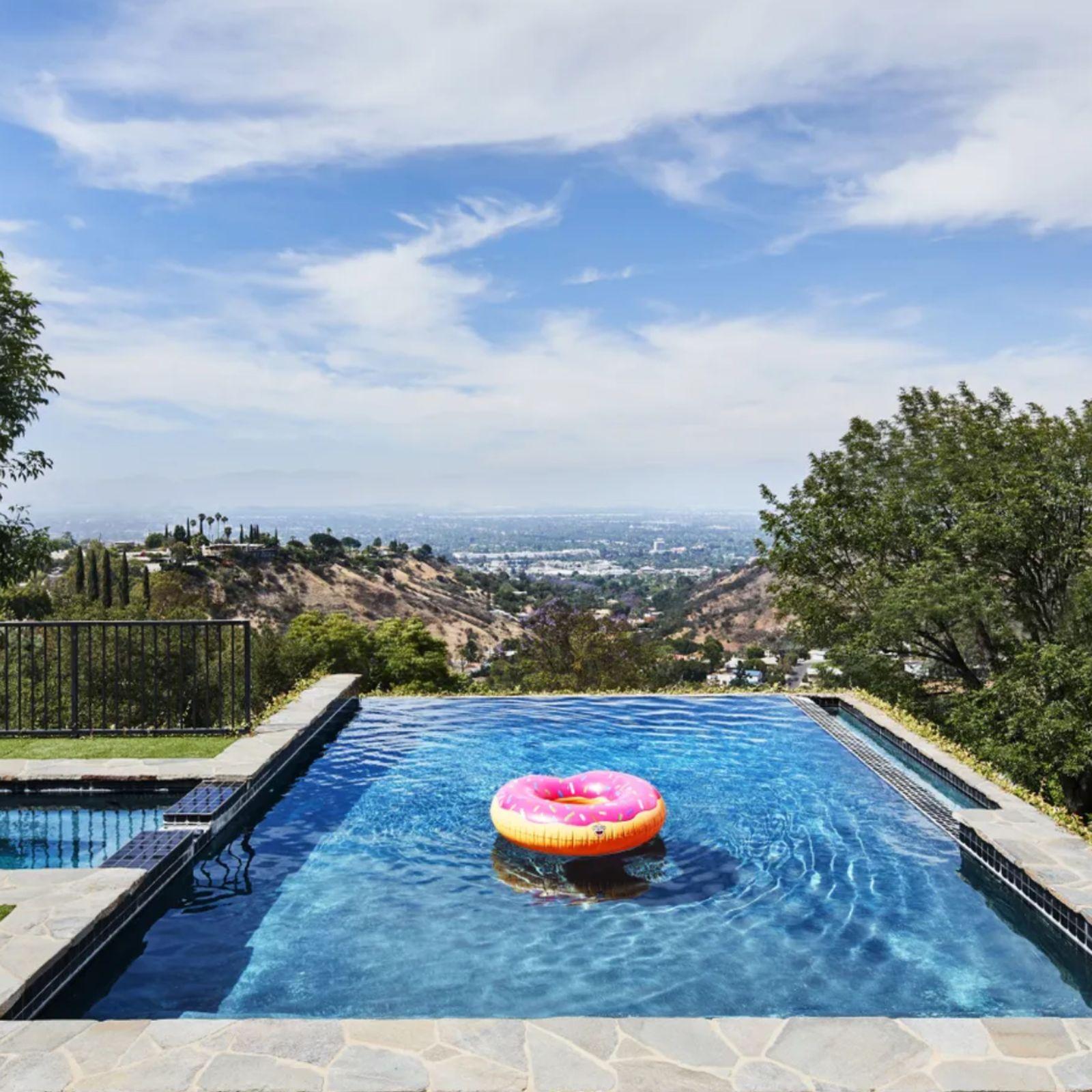 Los 14 patios (y piscinas) más espectaculares en casas de famosos