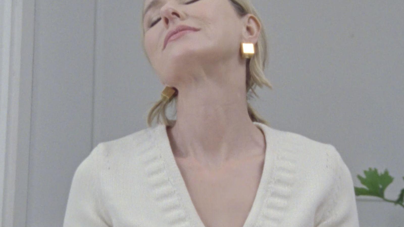 Naomi Watts, o cómo presumir del bolso Peekaboo de Fendi sin salir de casa