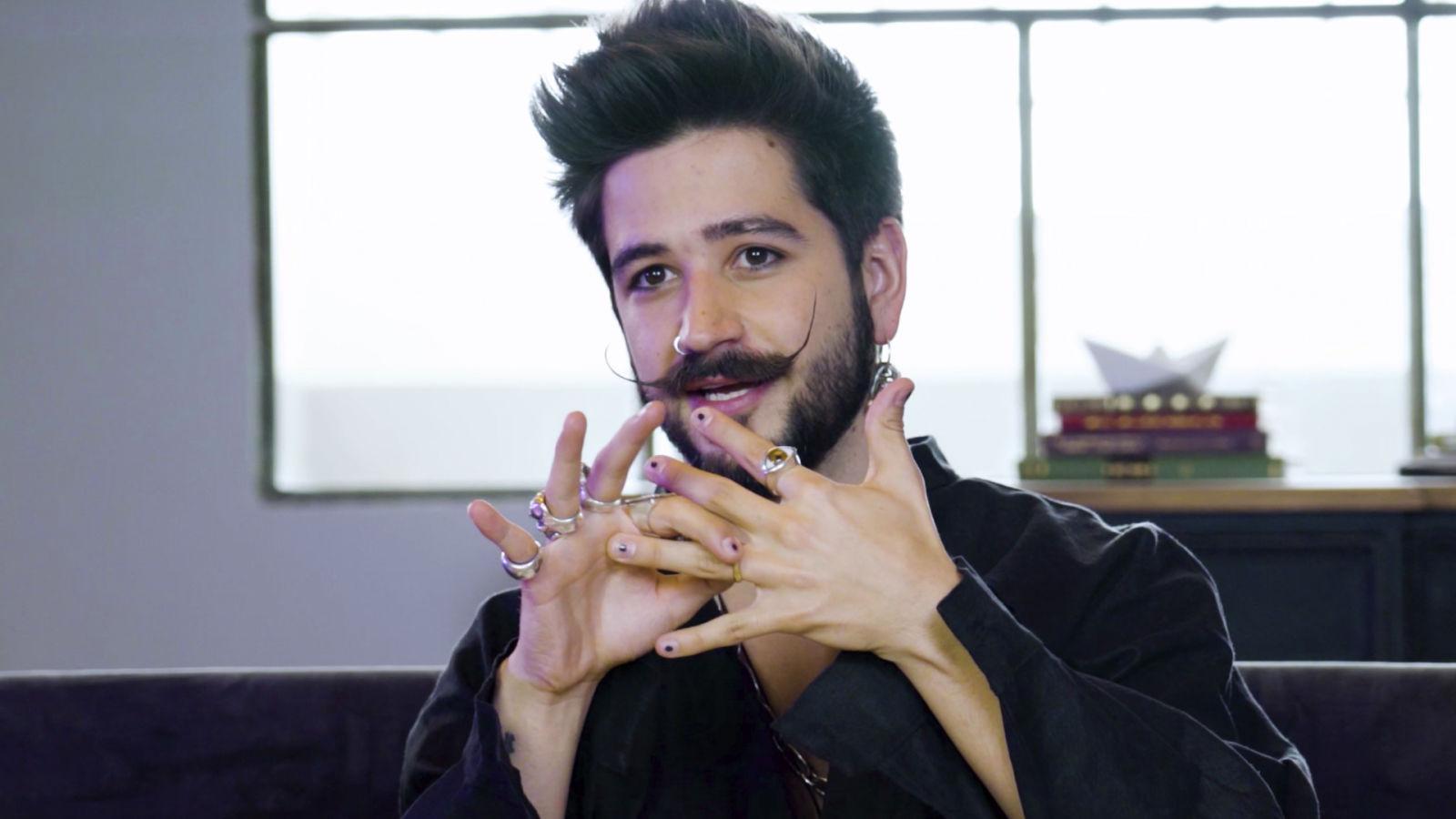 Camilo explica el significado de sus tatuajes y joyas