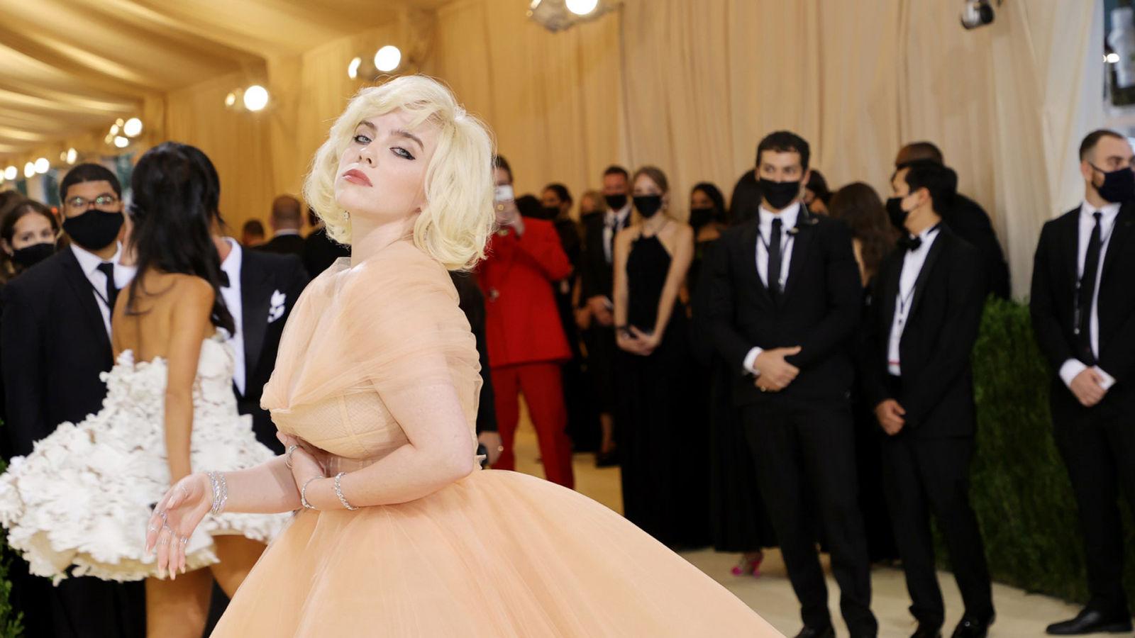 Billie Eilish: así se creó su look inspirado en el Hollywood clásico