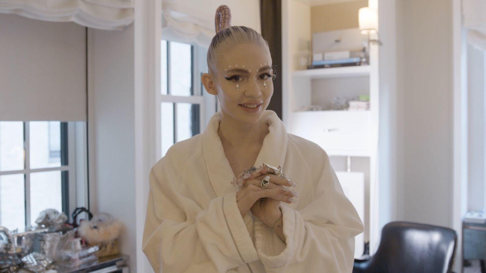 Grimes prepara su look futurista para la MET Gala 2021