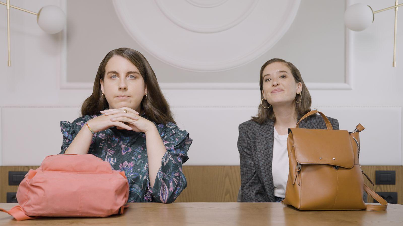 Estirando el chicle: qué hay en el bolso de Carolina Iglesias y Victoria Martín