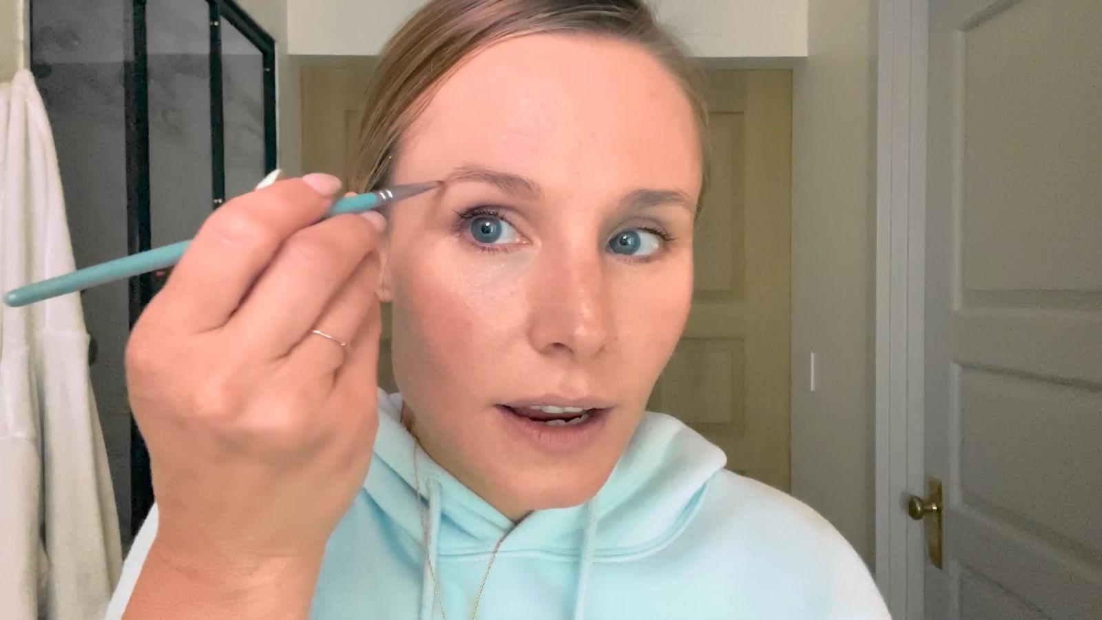 Kristen Bell (Frozen, The Good Place): cómo neutralizar el enrojecimiento con un look natural