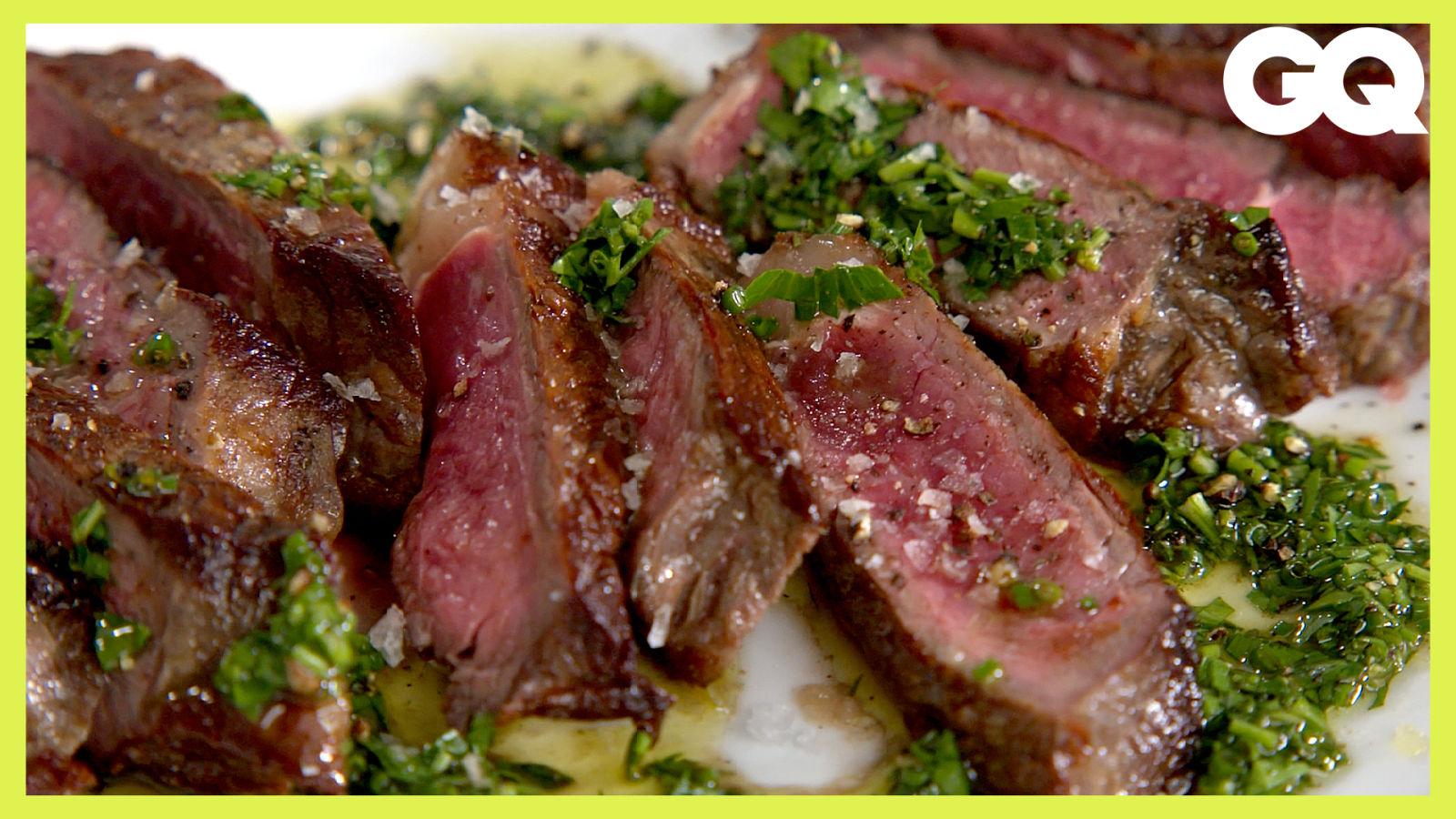 8分鐘在家煎出極品牛排!一個小技巧煎出完美焦脆外皮、肉質粉嫩又不帶血水 How To Cook A Perfect Steak At Home|科普長知識|GQ Taiwan