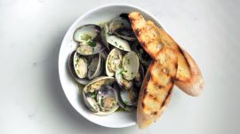 Steamed Clams With White Wine and Garlic