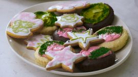 Sarah Decorates Holiday Cookies with Natural Dyes