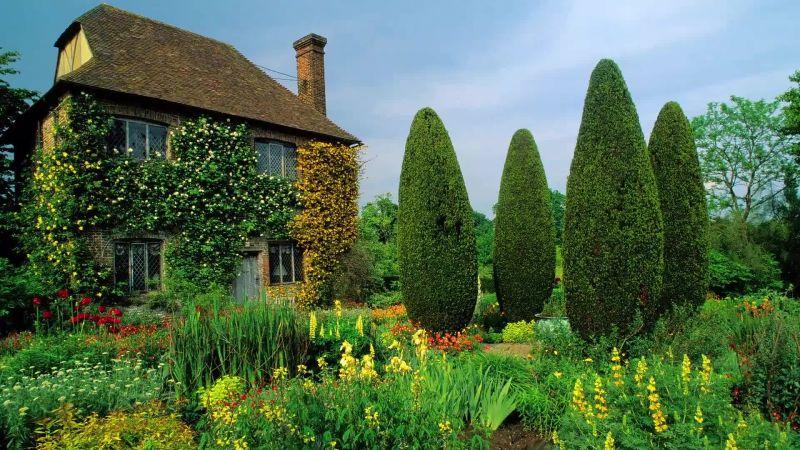 Watch Mirandau0027s Garden | Designing Garden Rooms To Structure An Open Space  | Vogue Video | CNE | Vogue.com